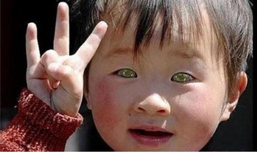 ¿Se dan cuenta cómo saluda el niño chinito?, ya no es como el saludo tan conocido y señalado de algunos que dicen son \u201csaludos satánicos\u201d o como saluda el